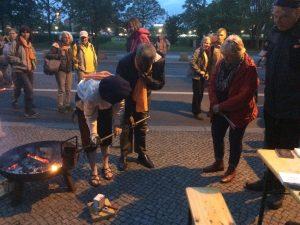 Anna Trapp gießt ein Pilgerzeichen