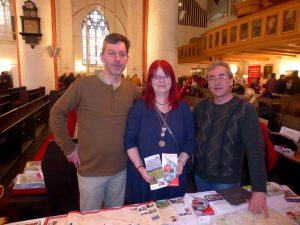 Jochen Purps, Katharina Zimmermann und Torsten Engelbrecht auf der Pilgermesse in der Hauptkirche St. Jacobi in Hamburg.